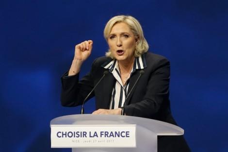 Bà Le Pen 'tung đòn' đầu tiên tấn công ông Macron