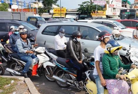 Đường vào Tân Sơn Nhất kẹt cứng, người dân ôm hành lý chạy bộ vì sợ trễ bay