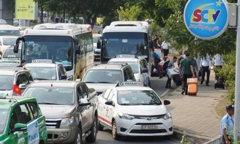 Tân Sơn Nhất kẹt cứng, Giám đốc an ninh sân bay ra đường giúp hành khách