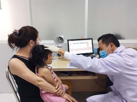 Trẻ bị sạn vôi ở mắt: Coi chừng loạn thị