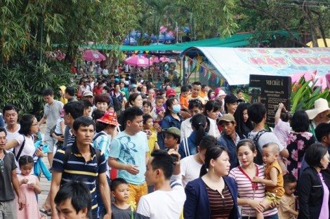 Hàng nghìn người chen chúc đi chơi lễ trong thời tiết nóng bức