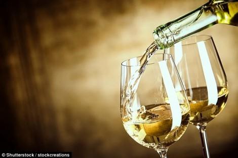 Uống rượu vang trắng, nguy cơ mắc bệnh mặt đỏ tăng gấp đôi