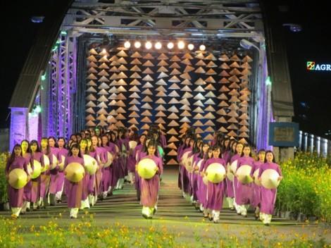 Hội họa 'thổi hồn' áo dài Việt