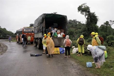 Đội mưa mang quà về với người nghèo ở đại ngàn Trường Sơn