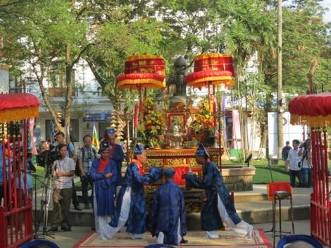Lễ rước vinh danh nghệ nhân làng nghề trong Festival Huế 2017