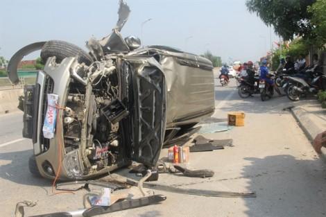 3 người thoát chết thần kỳ trong ôtô bẹp dúm trên đường đi chơi lễ