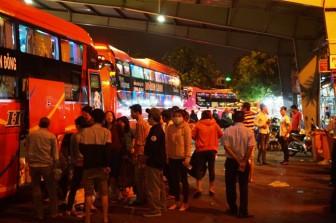 Hành khách mệt mỏi trở về TP.HCM sau kỳ nghỉ lễ