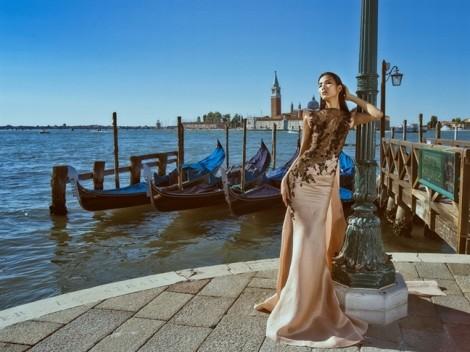 Hoàng Thùy quyến rũ với 6 mẫu đầm dạ hội của NTK Hoàng Hải trên đất Ý