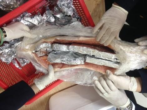 Giấu trang sức cấm trong bụng cá hồi chuyển về Việt Nam