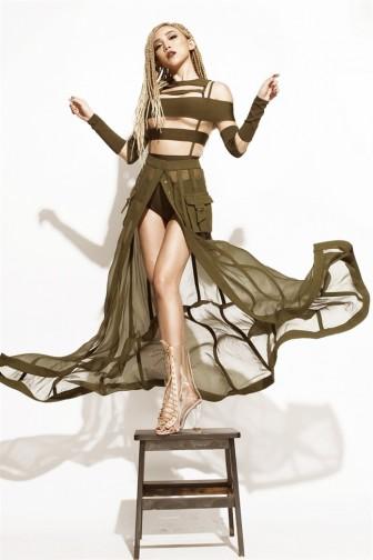 Bị tố 'nhái' Rihanna, Tóc Tiên mặc luôn trang phục của ca sĩ này