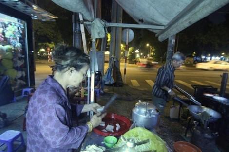 4 quán hàng rong lâu đời ở Sài Gòn luôn nườm nượp khách
