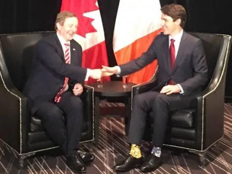 Thời trang vớ gây sốt của Thủ tướng Canada