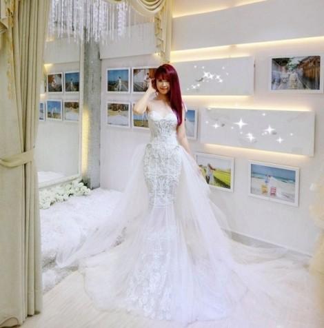 Khởi My 'lấp lánh' với chiếc váy cưới đính 8.000 viên pha lê