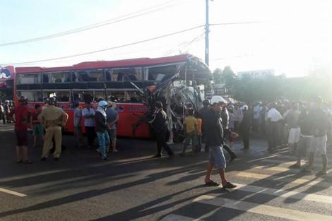 Ít nhất 10 người tử vong vì xe khách đối đầu ôtô tải