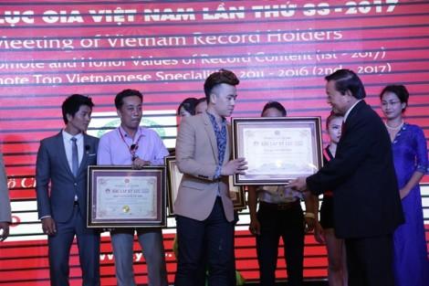 Họa sĩ 9X trở thành kỷ lục gia vẽ tranh nước đầu tiên tại Việt Nam