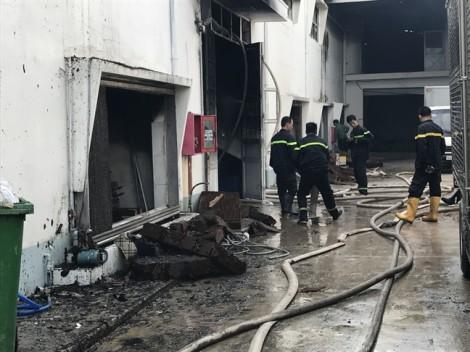 Công ty nhựa 1.200 mét vuông cháy rụi trong lửa lớn