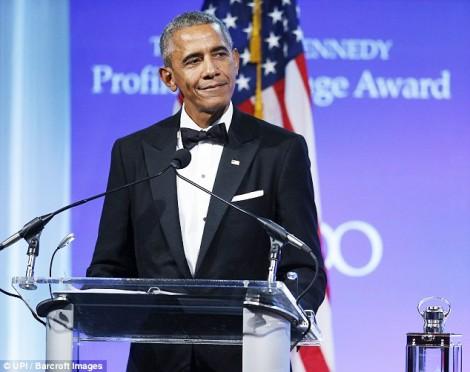 Cựu Tổng thống Obama lại khoe tài nịnh vợ