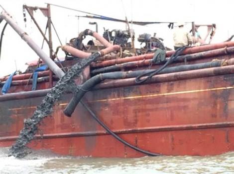 Nghệ An: Tàu đổ bùn thải ra biển làm nước chuyển 3 màu