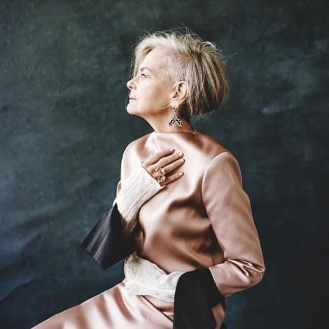 Nữ giáo sư 63 tuổi mặc đẹp hơn cả Đệ nhất Phu nhân Pháp
