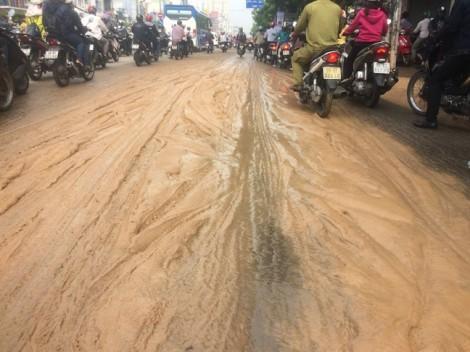 Đường cửa ngõ Sài Gòn đầy bùn nhão, nhiều người bị té ngã