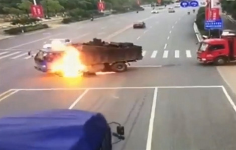 Trung Quốc: Đâm phải xe máy, xe tải biến thành 'quả cầu lửa'