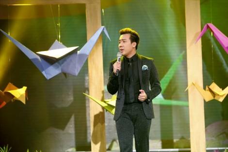 Mẹ Trấn Thành lau vội nước mắt khi con trai hát trên sân khấu