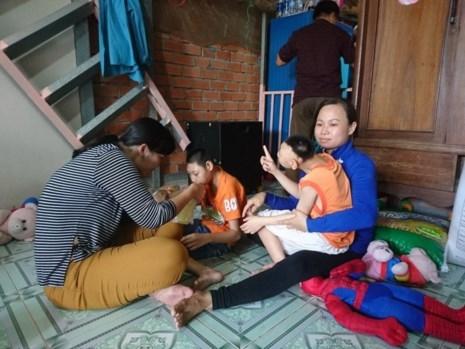 Vo cua nguoi dan ong nuoi hai con bai nao: dang thuong hay dang trach?