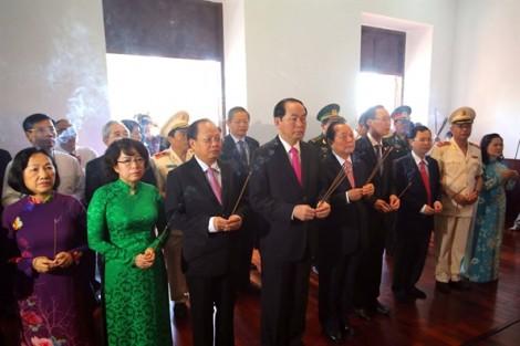 Chủ tịch nước Trần Đại Quang dâng hương tưởng niệm Chủ tịch Hồ Chí Minh