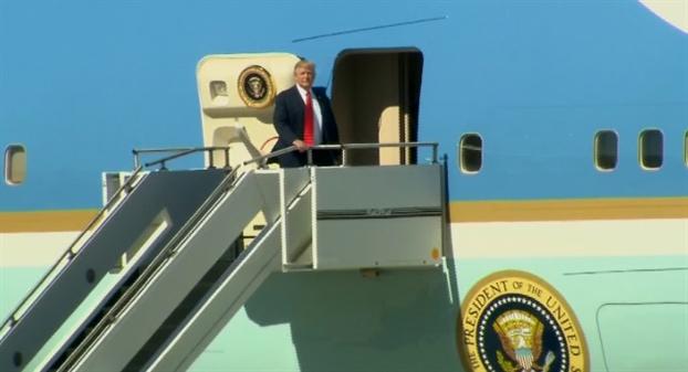 Roi ren trong nuoc de nang chuyen cong du dau tien cua Trump