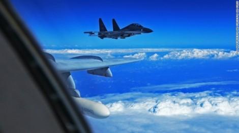 Chiến đấu cơ Trung Quốc suýt đâm máy bay Mỹ ở biển Hoa Đông