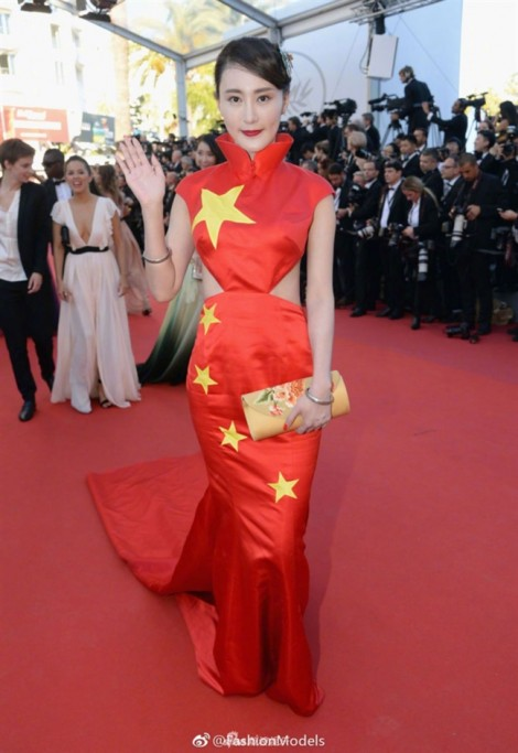 Mặc váy hình quốc kì lên thảm đỏ Cannes, sao Trung Quốc phải cúi đầu xin lỗi