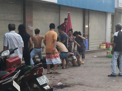 Nhóm côn đồ hành hung đôi nam nữ bán trà sữa dã man trên vỉa hè