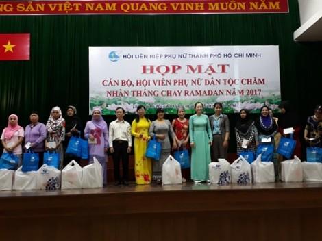 Tặng 200 phần quà cho HV PN Chăm nhân tháng chay Ramadan