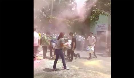 TPHCM: Xôn xao hình ảnh học sinh 'nhuộm' cổng trường bằng bột màu sau lễ trưởng thành