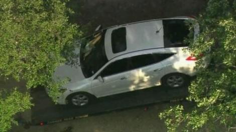 Hai đứa trẻ chết trong xe hơi bỏ ngoài nắng