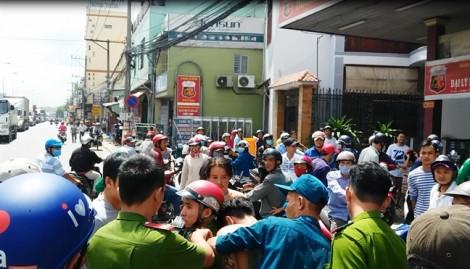 Hàng chục người hỗ trợ công an bắt cướp ngay tại hiện trường có xác chết
