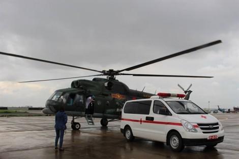 Bay xuyên mưa, các bác sĩ nỗ lực đưa chiến sĩ vào đất liền cấp cứu