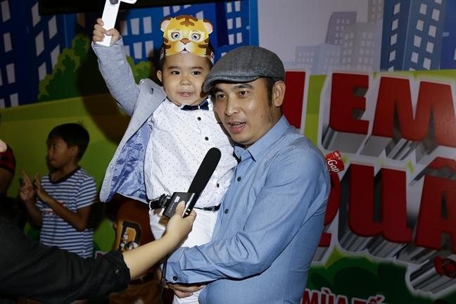 Cat Phuong - Kieu Minh Tuan tay trong tay di xem phim danh cho thieu nhi