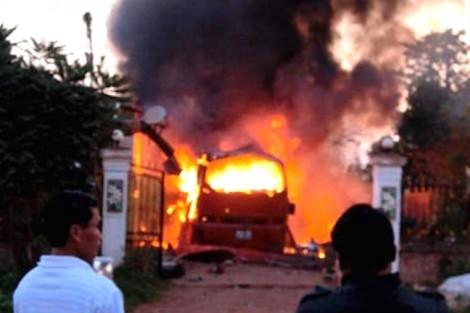 Xe khách bốc cháy dữ dội, 5 người thương vong