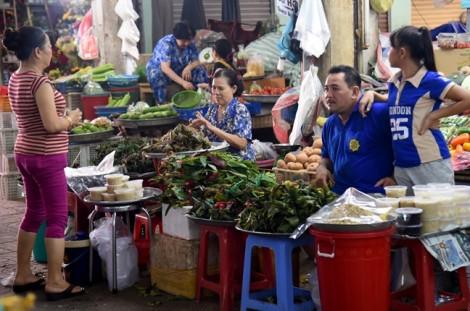 Tiểu thương tranh bán hàng phục vụ tết Đoan Ngọ