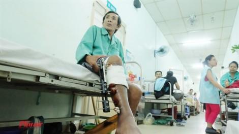 Không đủ tiền tháo khung cố định chân, bệnh nhân cắt bỏ đoạn xương