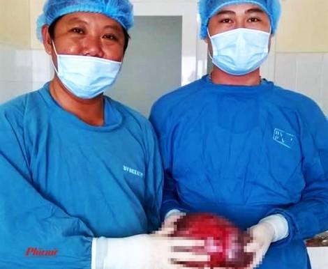 Cụ bà mang khối u nặng 4kg suốt 10 năm