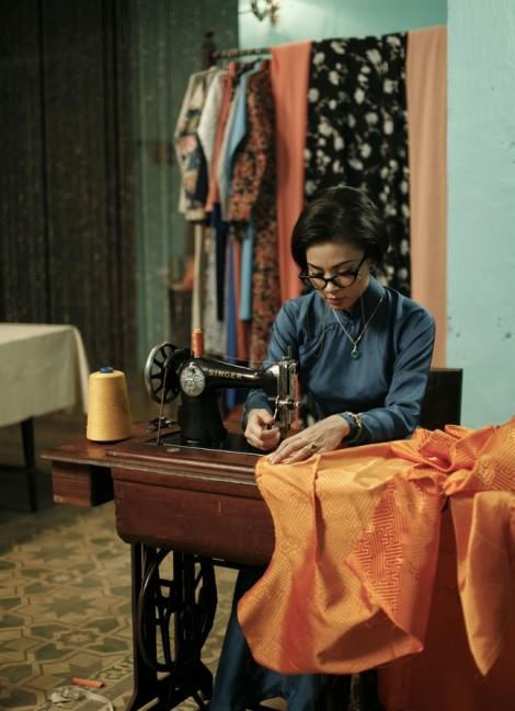 Lộ hình ảnh Ngô Thanh Vân tự tay may áo dài
