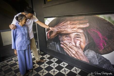 'Cụ già đẹp nhất thế giới' cười rạng rỡ khi ghé thăm phòng trưng bày ảnh mình tại TP.HCM
