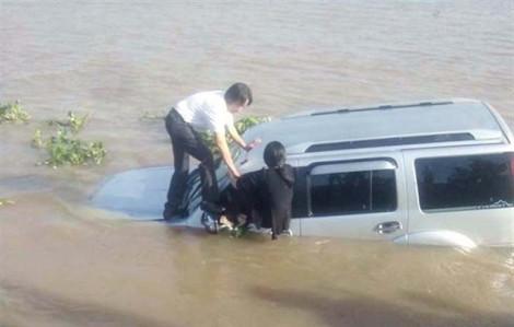 Xe 'điên' tông chết nhân viên bến phà, bay thẳng xuống sông