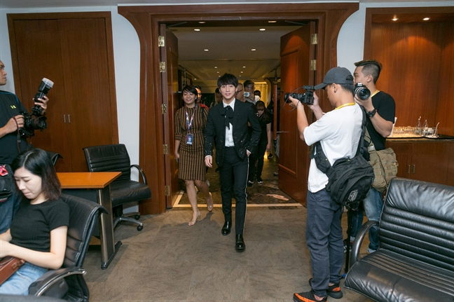Son Tung M-TP cam thay ap luc khi dung chung san khau voi Bi Rain