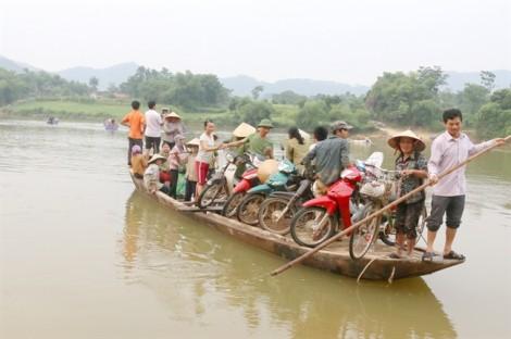Nông dân Hà Tĩnh chế xe trâu, đánh cược mạng sống chở lúa bơi qua sông