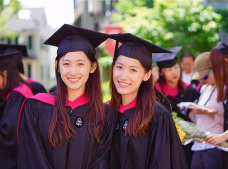 Cặp song sinh xinh đẹp cùng tốt nghiệp Thạc sĩ trường Harvard