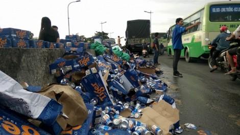 Bia văng tung tóe từ xe tải, người Sài Gòn gom giúp tài xế