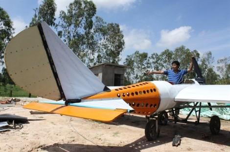 Học trên YouTube, người đàn ông hai lúa chế máy bay riêng